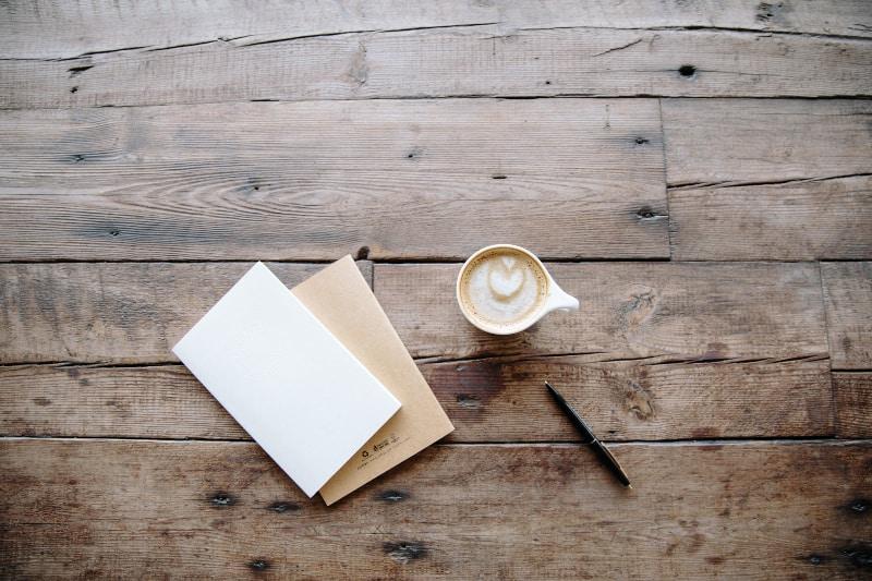 zwei Briefe und Kaffee stehen auf dem Tisch
