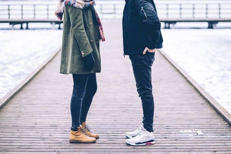 zwei Leute reden auf der Brücke