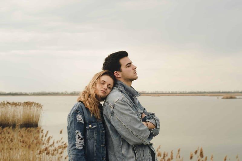 Ein Mann und ein Mädchen stehen am See(1)