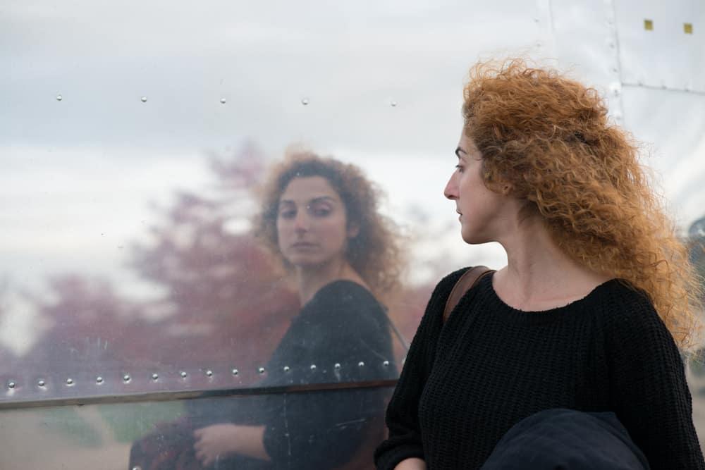 Eine schnaubende Frau spiegelte sich auf der Metalloberfläche