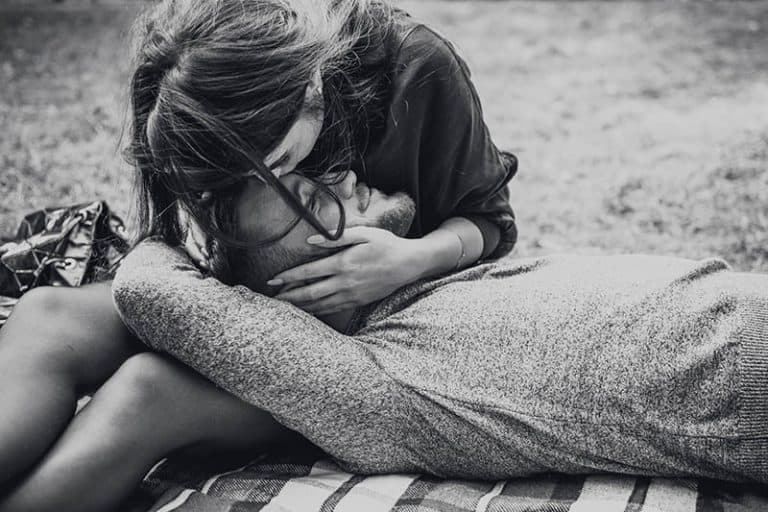 Das Mädchen küsst den Mann auf die Stirn