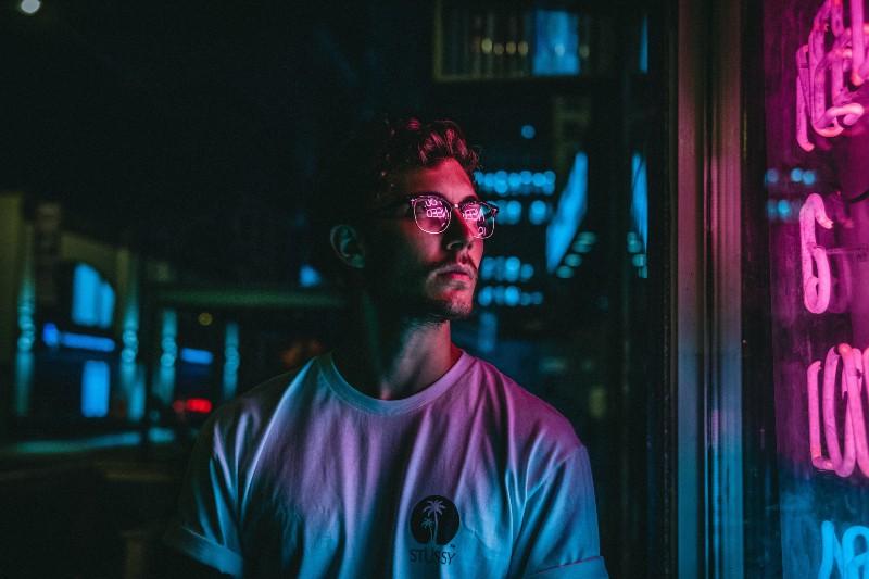 Mann, der Glasscheibenfensterscheibe betrachtet