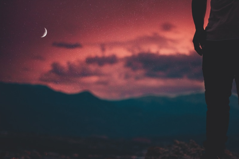 Mann, der Mond betrachtet