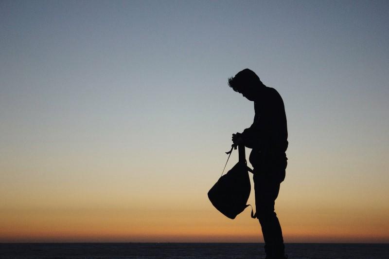 Mann hält Rucksack