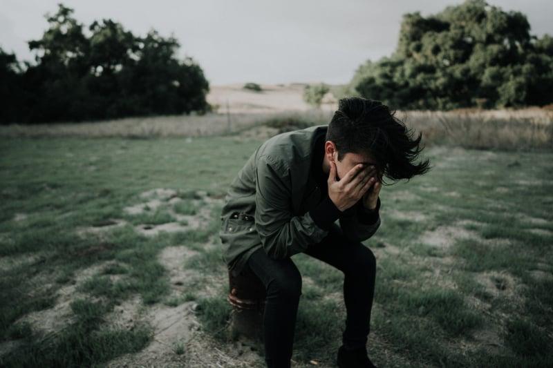 Mann trägt grüne Jacke