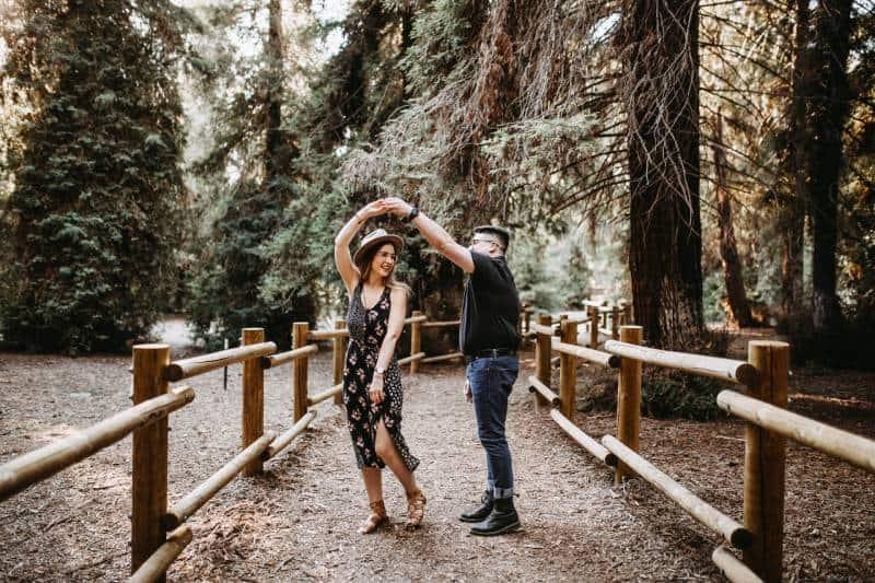 Mann und Frau tanzen in der Natur