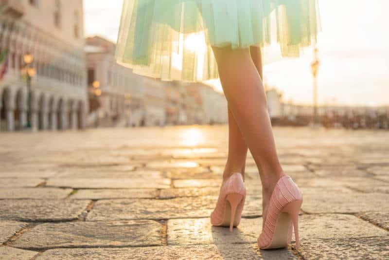 Modische Frau, die Schuhe mit hohen Absätzen trägt