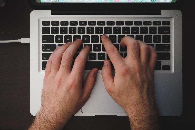 Person, die das MacBook verwendet