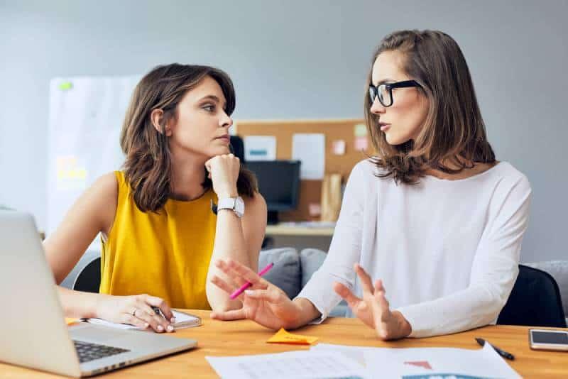 Zwei attraktive junge Kollegen sprechen über ihr Start-up-Unternehmen