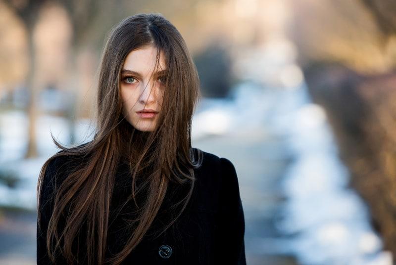 ein langhaariges Mädchen mit dem Wind im Haar