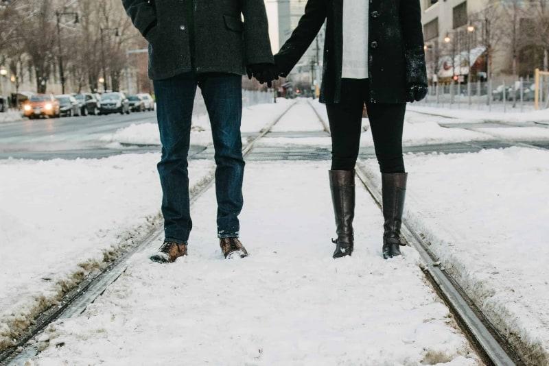 ein paar im schnee spazieren(1)