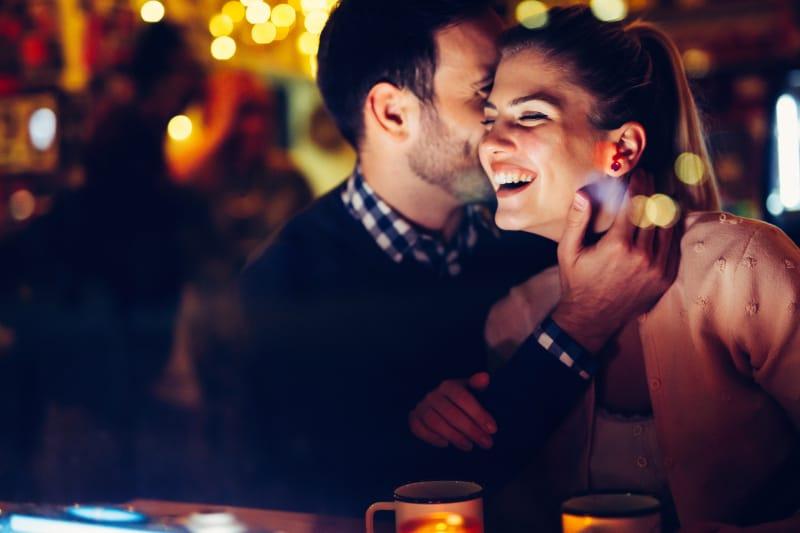ein romantisches Paar, das an einer Bar flirtet