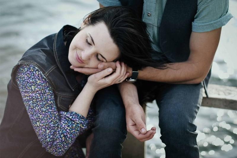 eine Frau, die sich auf den Arm eines Mannes stützt(1)