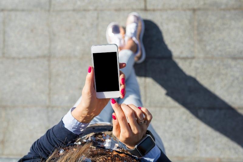 eine Frau mit einem Smartphone
