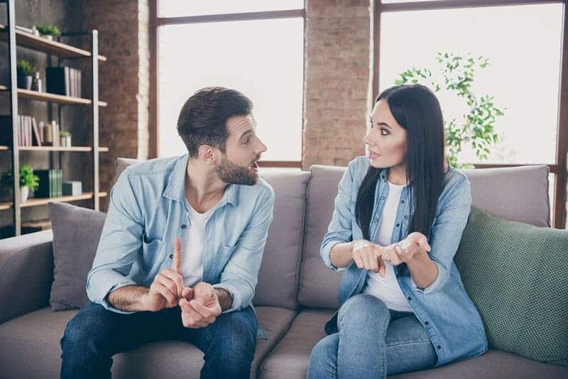 junges Paar, das auf der Couch streitet