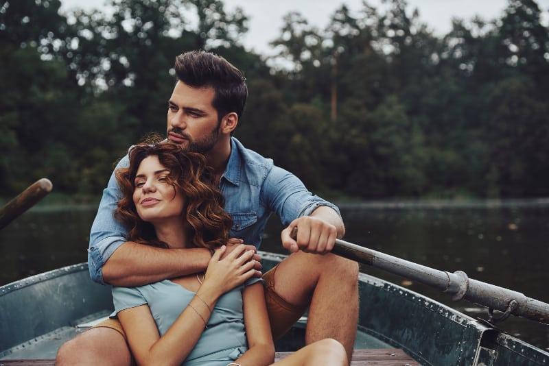 Ein Mann und ein Mädchen genießen das Boot
