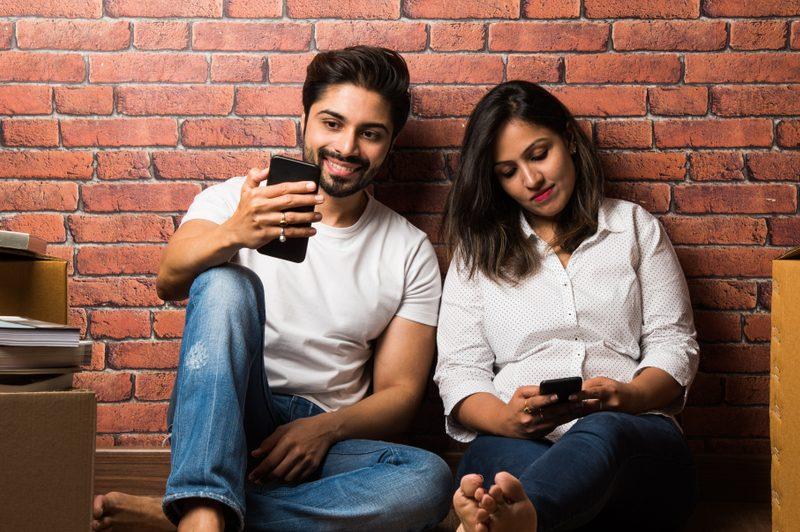 Ein Mann und eine Frau sitzen auf dem Boden