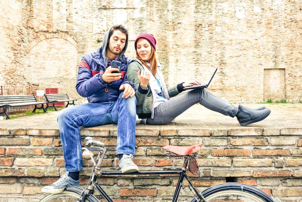 Ein Mann und eine Frau sitzen auf dem Rücken