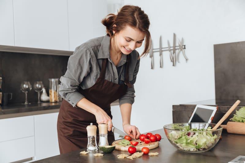 Ein junges Mädchen kocht in der Küche
