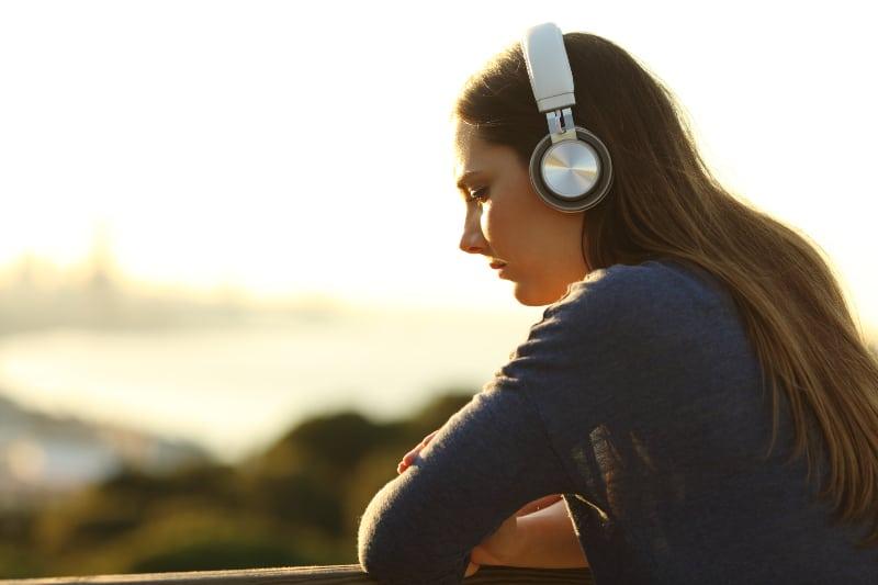 ein Mädchen, das Kopfhörer an den Ohren hat