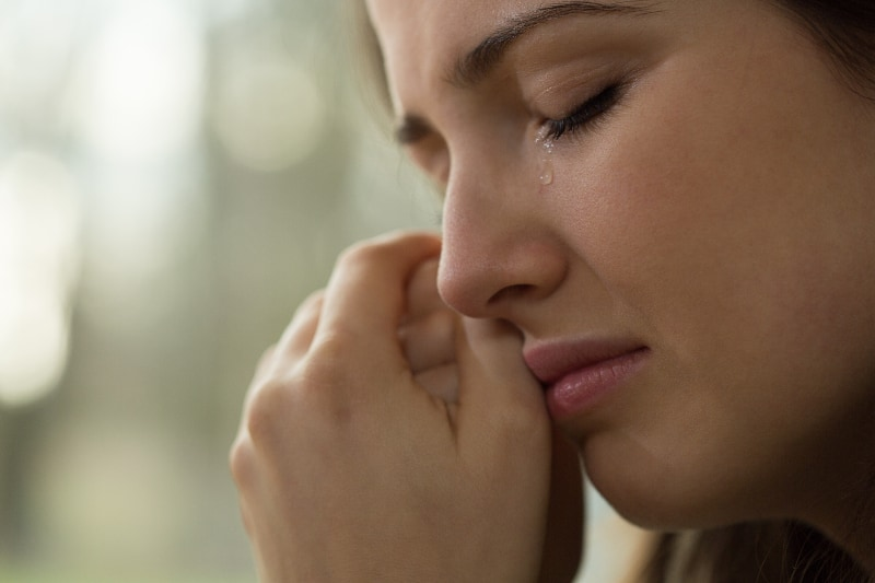 ein Mädchen, das traurig ist und weint