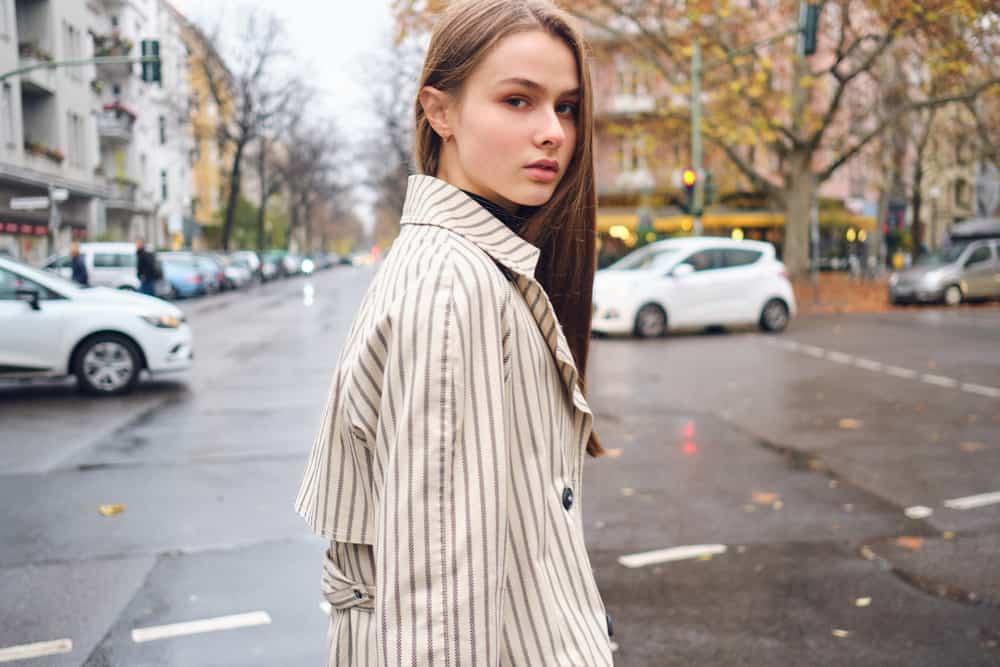 eine Frau auf der Straße stehen