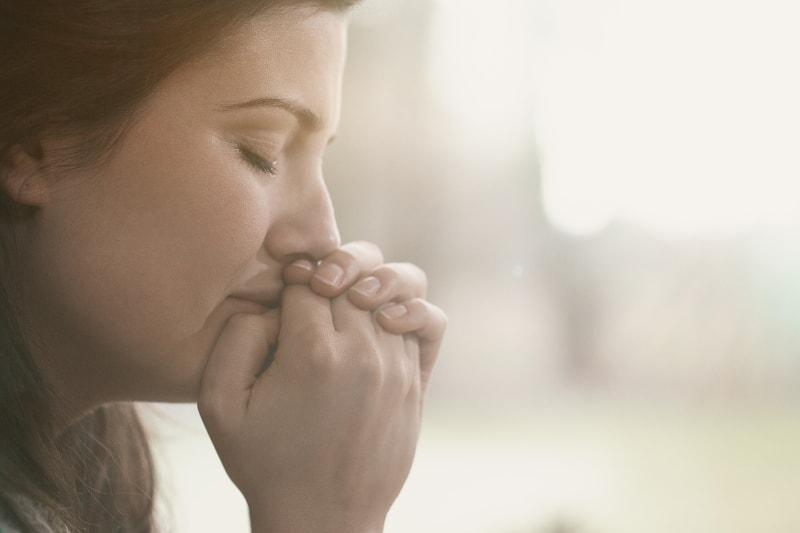 eine einsame und traurige depressive Frau