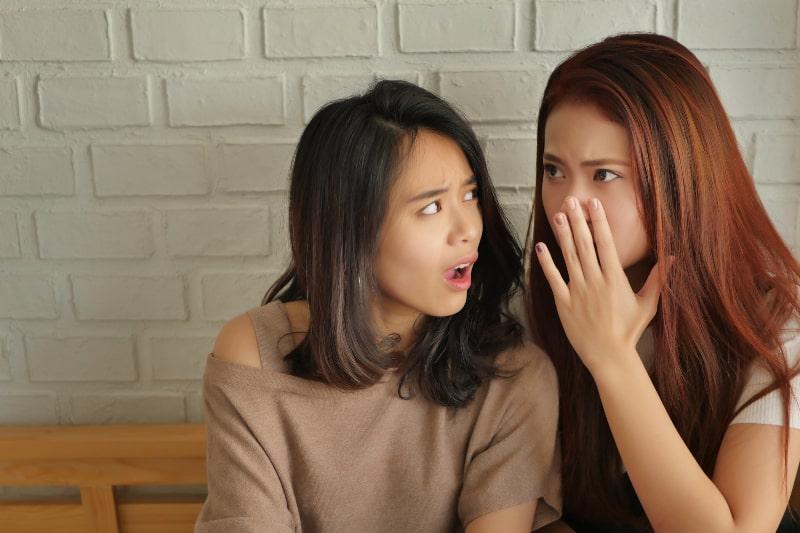 zwei Mädchen klatschen
