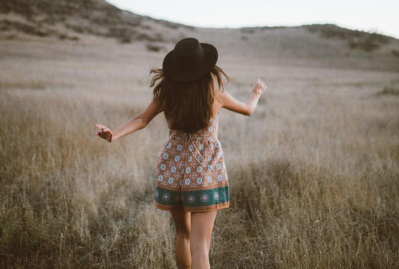 ein Mädchen läuft in einem Kleid