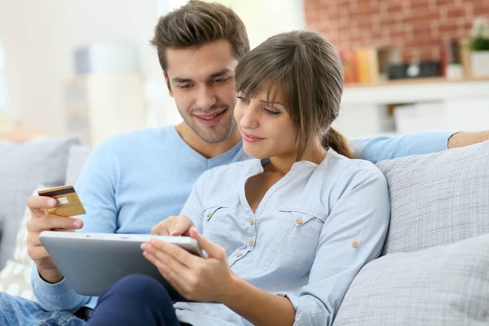 Das Paar bestellt etwas online
