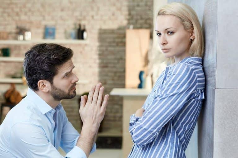 Der Mann bittet das Mädchen, ihm zu vergeben