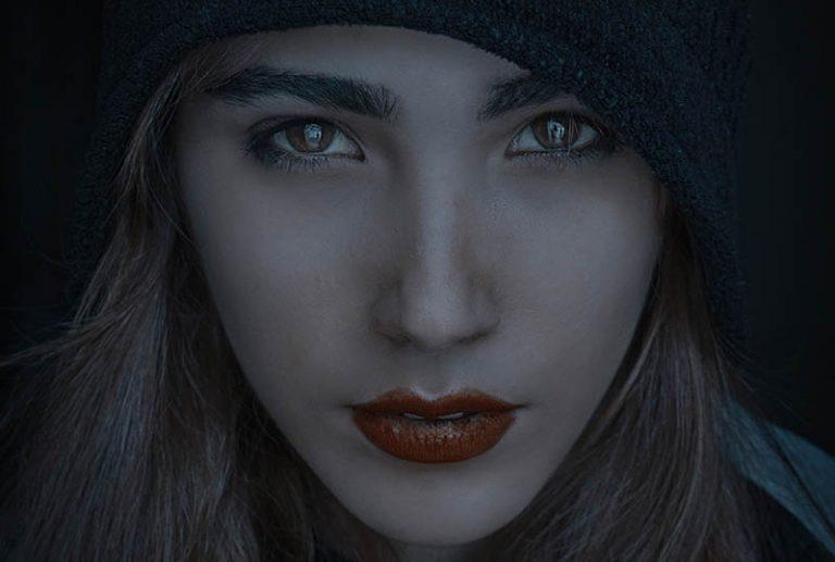 ein Mädchen mit Kapuze und rotem Lippenstift