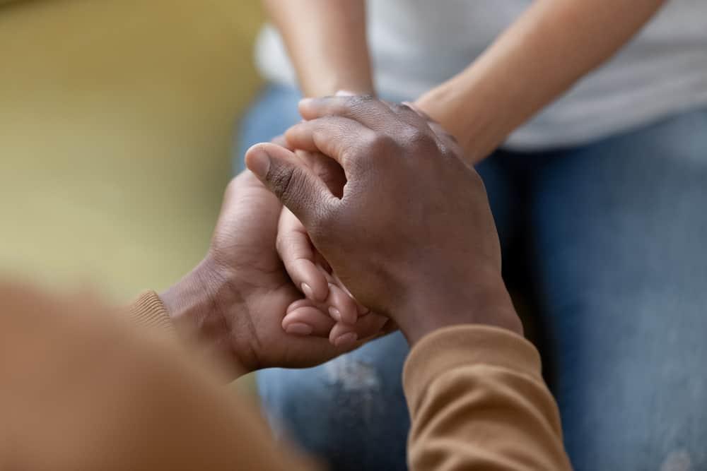 Die Hände von Mann und Frau werden zusammengehalten