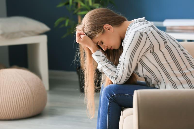 Ein einsames Mädchen leidet an Depressionen