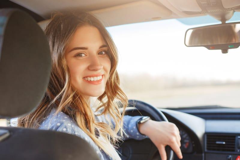 Ein junges attraktives Mädchen fährt Auto