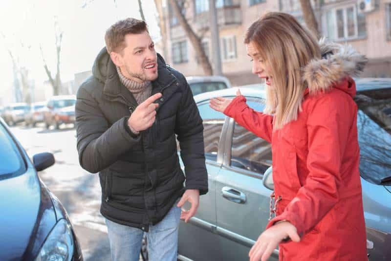 Emotionale Leute, die im Stau auf Stadtstraße streiten