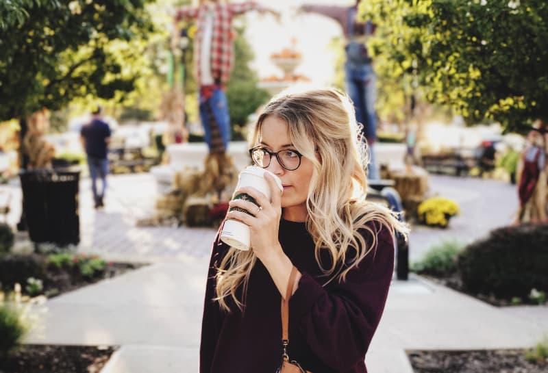 Frau trinkt auf weißer Tasse