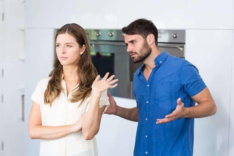 Mann versucht zu reden, um Frau zu verärgern