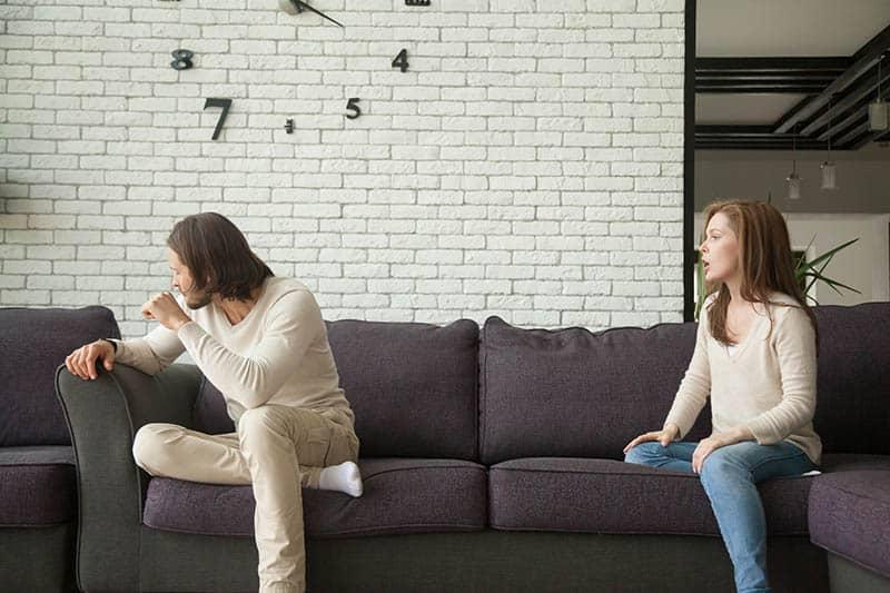 Mann will nicht mit ihrer Freundin zu Hause reden