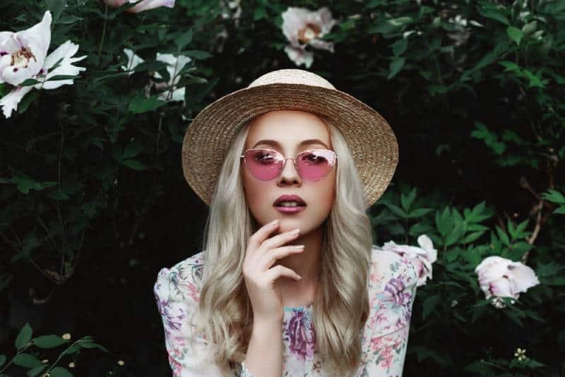 Nahaufnahmeporträt der schönen jungen Frau mit langen blonden Haaren