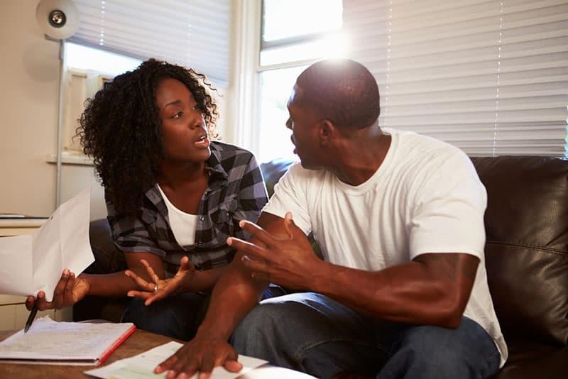 Paar, das zu Hause ein ernstes Gespräch führt