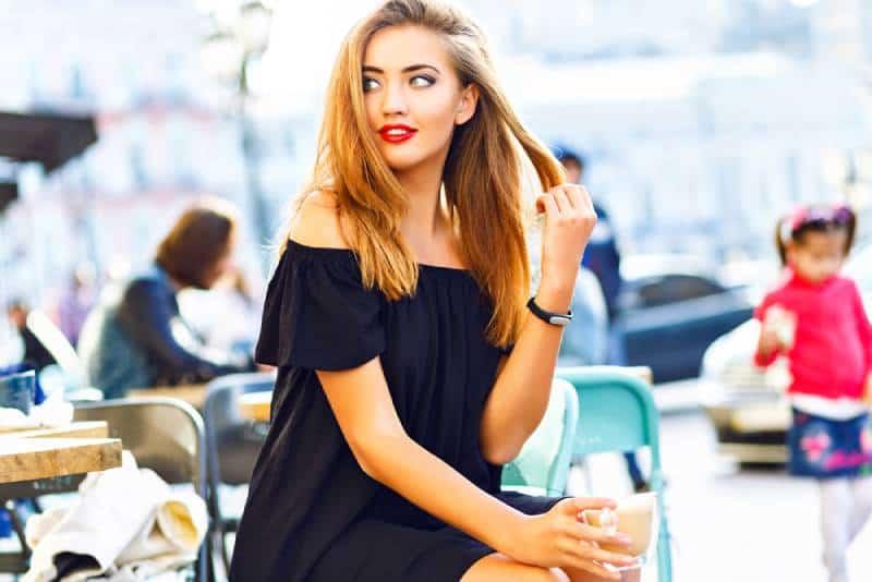 Sie Frau trinken Cappuccino im Café im Freien