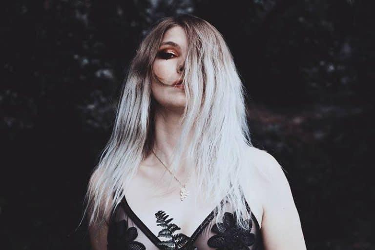blond mit Haaren über dem Gesicht