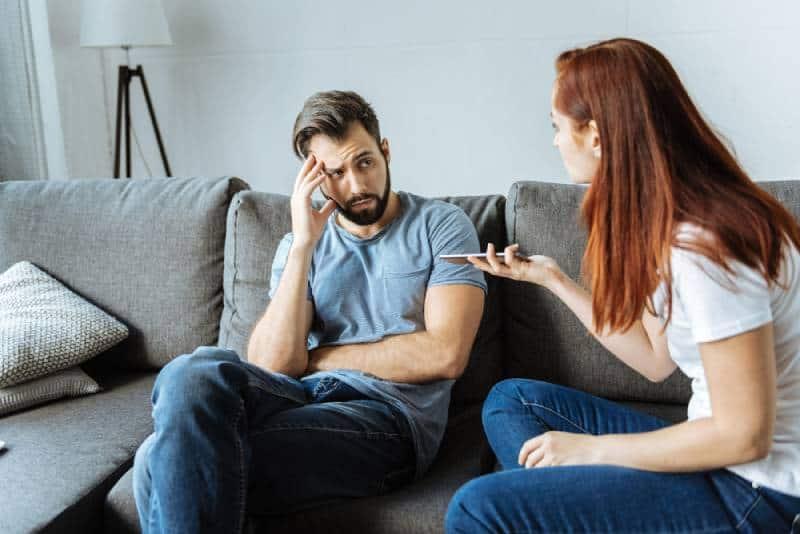 Unglückliche wütende Frau, die mit ihrem Freund spricht