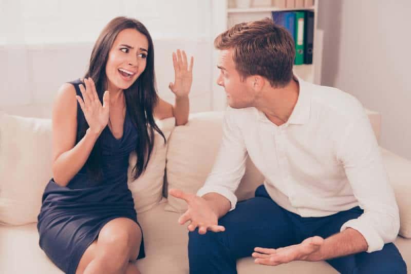 Zwei junge Liebende streiten sich wegen Meinungsverschiedenheiten.