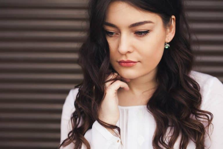 ein Mädchen mit lockigem Haar