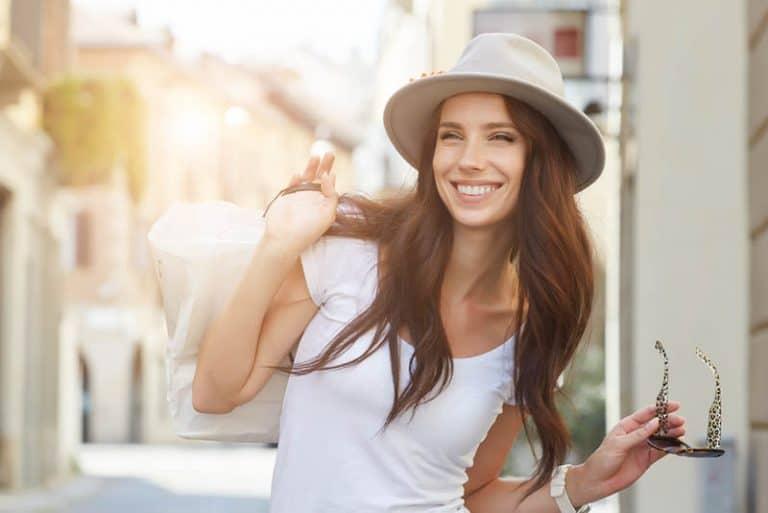 ein fröhliches Mädchen mit einem Hut auf dem Kopf