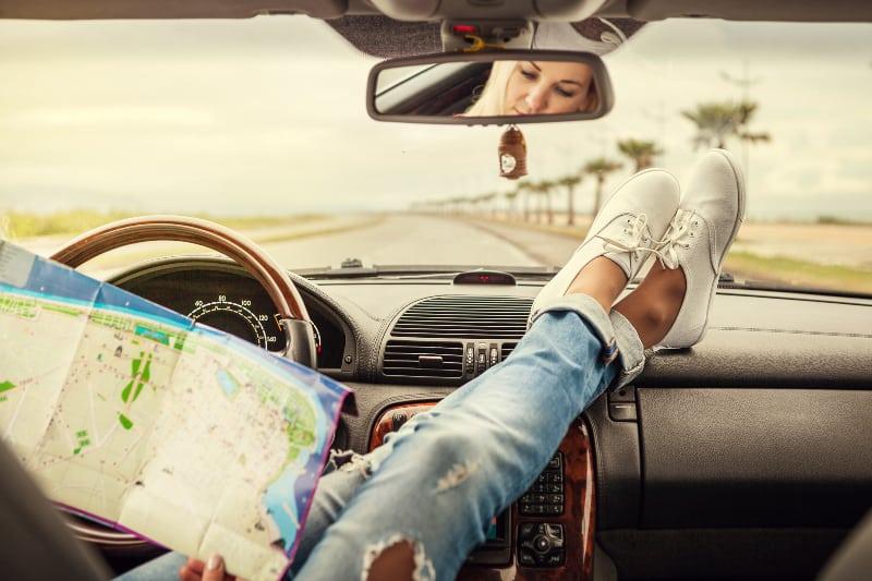 eine Frau, die alleine in einem Auto unterwegs ist