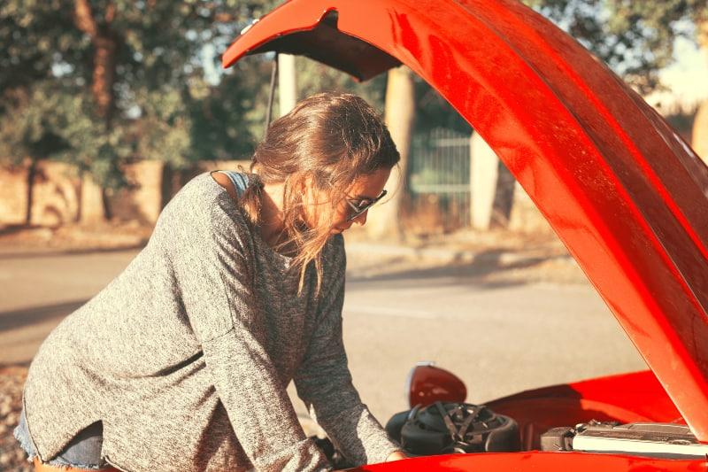 eine Frau, die auf Reisen Probleme mit dem Auto hat
