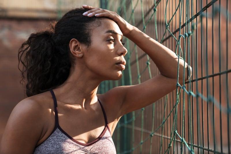 eine junge afrikanische Frau in Sportbekleidung